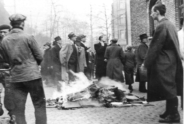 Pogrom_d27Anvers_-_14_avril_1941_-_autodafC3A9.jpg