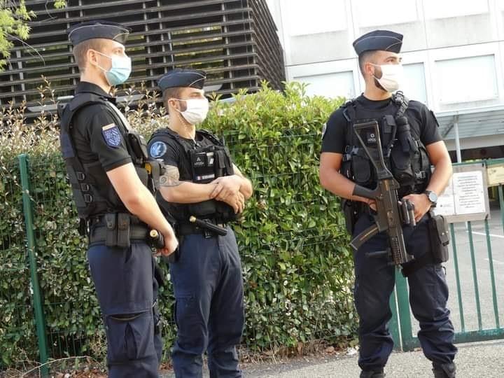 Policiers-contrC3B4lant-des-lycC3A9ens-port-du-masque-4.jpg