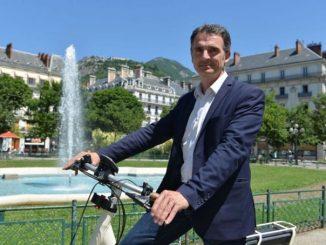 Piolle-maire-de-Grenoble-C3A0-vC3A9lo.jpg